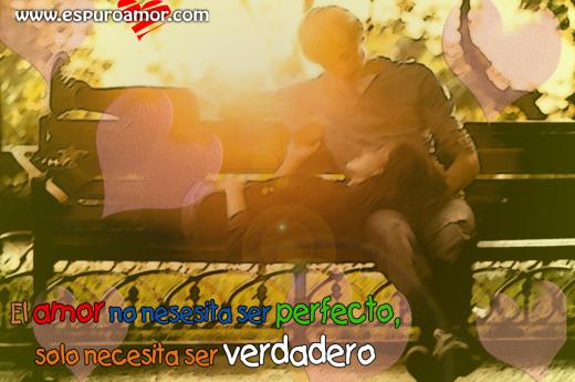 Pareja_en_una_banca_tomandose_de_las_mano_y_mirandose_el_amor_no_nesesita_Ser_perfecto_solo_necesita_ser_verdadero