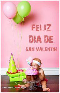 mejores imágenes para san valentin con bebita comiendo un cup cake a un costado de regalos con globos.