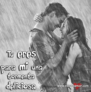 Enamorados mirándose fijamente bajo la lluvia para expresar lo que sientes