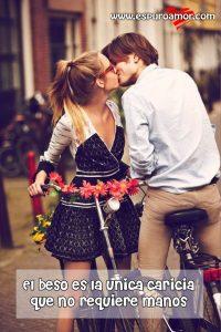 enamorado en bicicleta besandose con frase corta