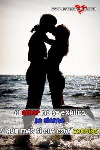 novios besándose frente al mar con lindo mensajito