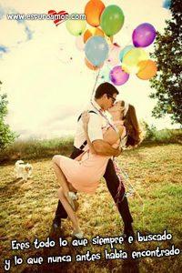 novios besandose con lindos globos de colores y bonito sentimiento