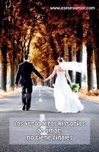 recién casados caminando de la mano