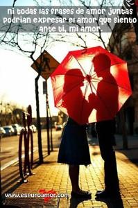 enamorados de la mano conversando detrás de un paraguas
