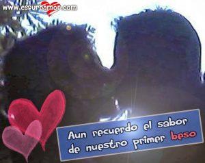 Romántico beso de pareja Ricardo y Diana con etiqueta