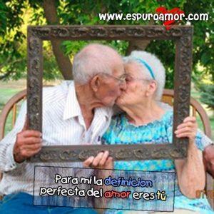 abuelos besandose dentro de un marco