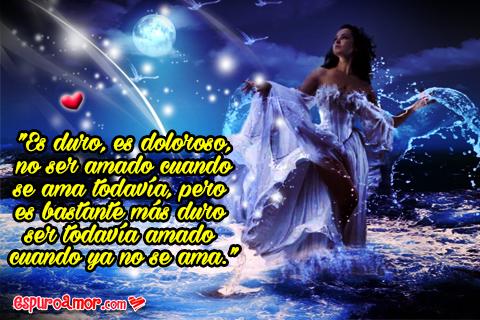 Bella diosa en el agua a plena luz de luna