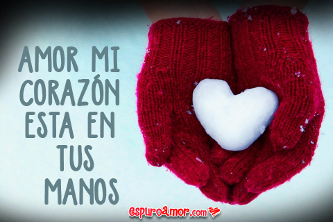 corazón de nieve sobre guantes rojos