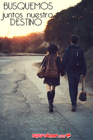 románticos caminando de la mano