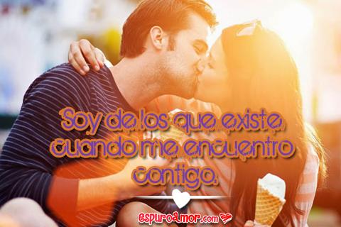 beso de una pareja feliz